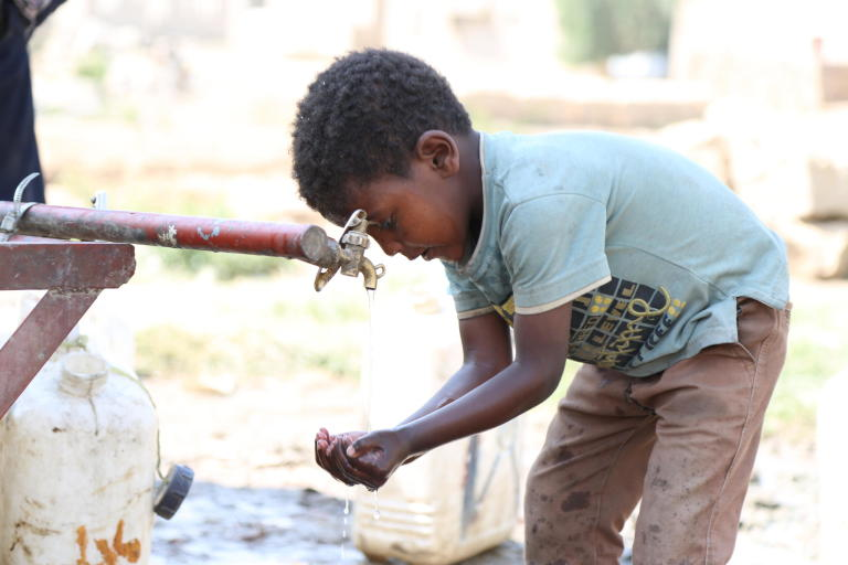 Al-Ezi Majed, 6, is washing his hands and face from the only water point in Souk Al-Lail camp in Amran city where more than fifty families live.  Photo: Nasser Abdulkareem/NRC