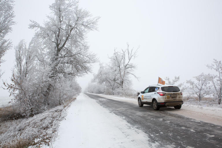 An NRC car on its way to Popasna in a beautiful winter landscape.  Photo: Ingebjørg Kårstad/NRC